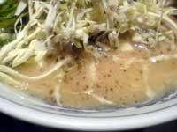 トッピングの下のスープ